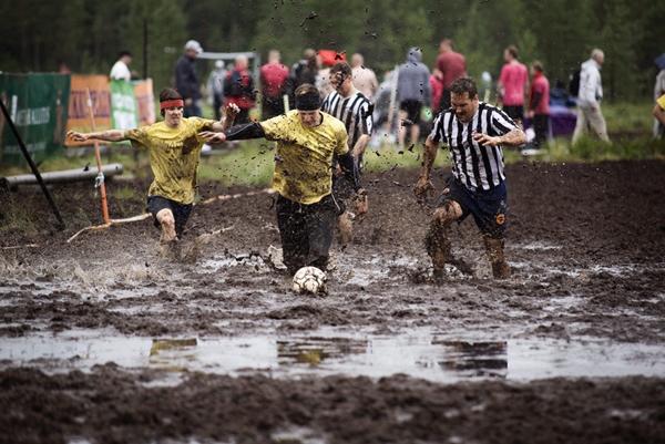 Разновидности футбола: болотный футбол