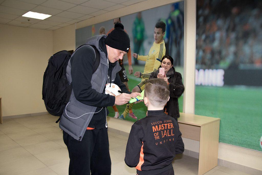 Матвей Кошмак и Андрей Пятов обменялись подарками с автографами